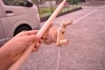 木のおもちゃ工房は夜の20時まで明るい。木製釣り竿できました。