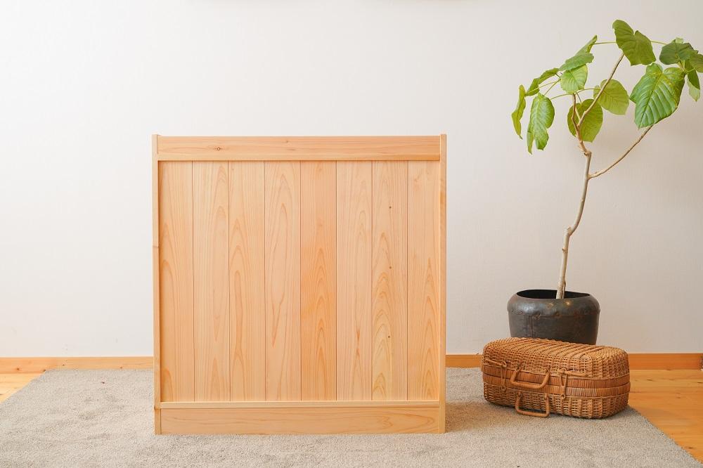 扉付きの収納棚