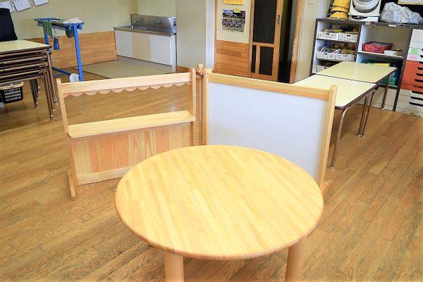 丸テーブルとパーテーション
