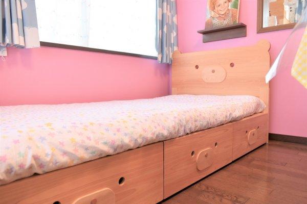 木のシングルベッド