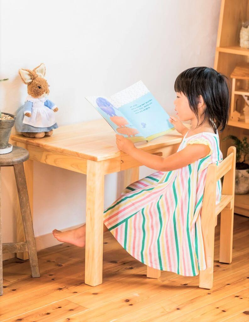 5歳用の椅子とテーブルの組み合わせ画像