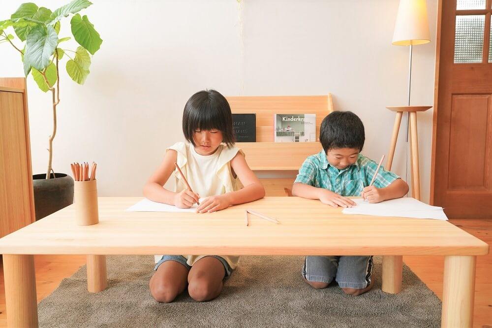 1歳用の椅子とテーブルの組み合わせ画像